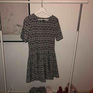 Klänning från H&M Conscious Collection i storlek 38. Använd en gång.