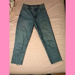 Avklippta jeans från monki. Storlek 26, modellen är kimono. Köparen betalar frakt på ca 70kr