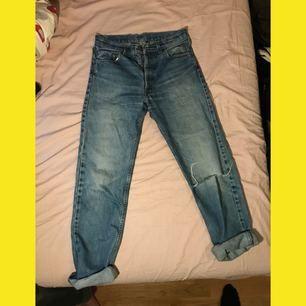 Levis jeans med slitningar och hål i knät. Står ingen storlek av vad jag kan hitta men uppskattad till en 27:a eller storlek S. Köparen betalar frakt på ca 70kr