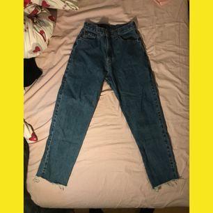 Avklippta Levis jeans. Modellen är 550. Sitter rakt i benen och tajt i midjan/över rumpan. Passar mig med storlek 26/S i jeans. Köparen betalar frakt på ca kr70kr