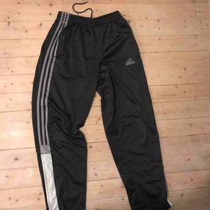 Blå/gråa Adidas trackpants i bra skick