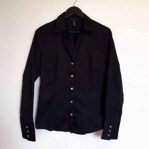 Nästintill oanvänd skjorta i stl L från Banana Republic, bomull med aningen stretch (väldigt fin kvalitet!). Figursydd med snygg passform.  Har Swish. Kan skickas. Djurfritt & rökfritt hem.