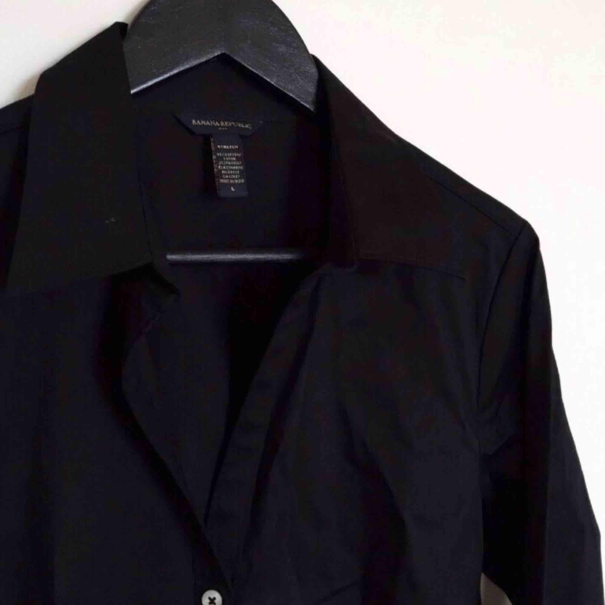 Nästintill oanvänd skjorta i stl L från Banana Republic, bomull med aningen stretch (väldigt fin kvalitet!). Figursydd med snygg passform.  Har Swish. Kan skickas. Djurfritt & rökfritt hem.. Skjortor.