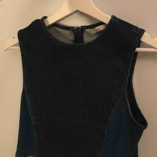 Denimliknande och något croppad topp från Zara, i gott skick. Kan mötas i Göteborg eller köparen står för frakt.