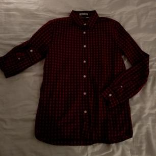 Skjorta från HM i stl 12-14/xs,den är blå och röd rutig och använd max 2 ggr,möts upp eller fraktar för 20sek.