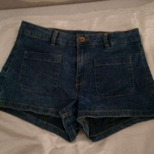 Blåa jeans shorts från HM i stl 36,det finns två fickor där fram men inga där back,möts upp eller fraktar för 50sek.