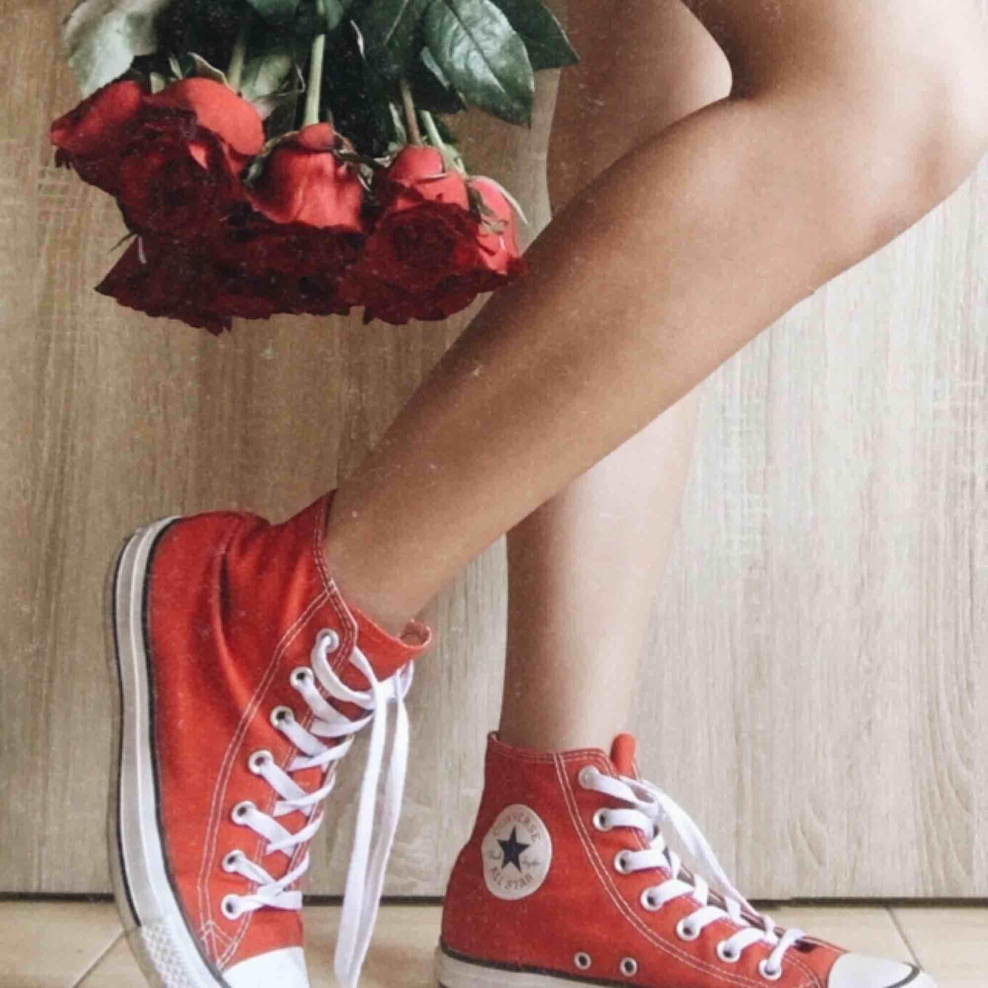 Röda converse skor, endast använd 1 gång. Låda finns ej. Mötas upp eller frakta, köparen står för fraktkostnaden.. Skor.