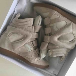 Isabel marant skor som nya använt 3-4 gånger  Nypris 4399:- Storlek 39 skulle säga att dom passa en 38  Kvitto, dustbag och låda finns
