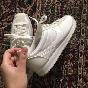 Nike cortez skor som är använda 1ggr. Storleken 37,5 och 23,5cm. Köparen betalar frakt på ca 70kr
