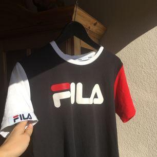 FILA t-shirt köpt på Urban Outfiters i Danmark! Hur fin som helst men använder inte längre:-/  Frakt tillkommer❤️