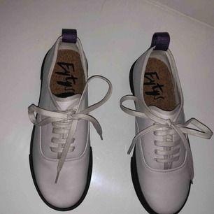 Pärlvita eytys skor äkta och helt oanvända. Jag säljer mina eytys skor för att jag inte använder dem. Nypris 2500kr.