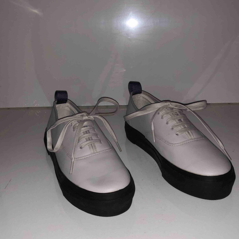 Pärlvita eytys skor äkta och helt oanvända. Jag säljer mina eytys skor för att jag inte använder dem. Nypris 2500kr. . Skor.