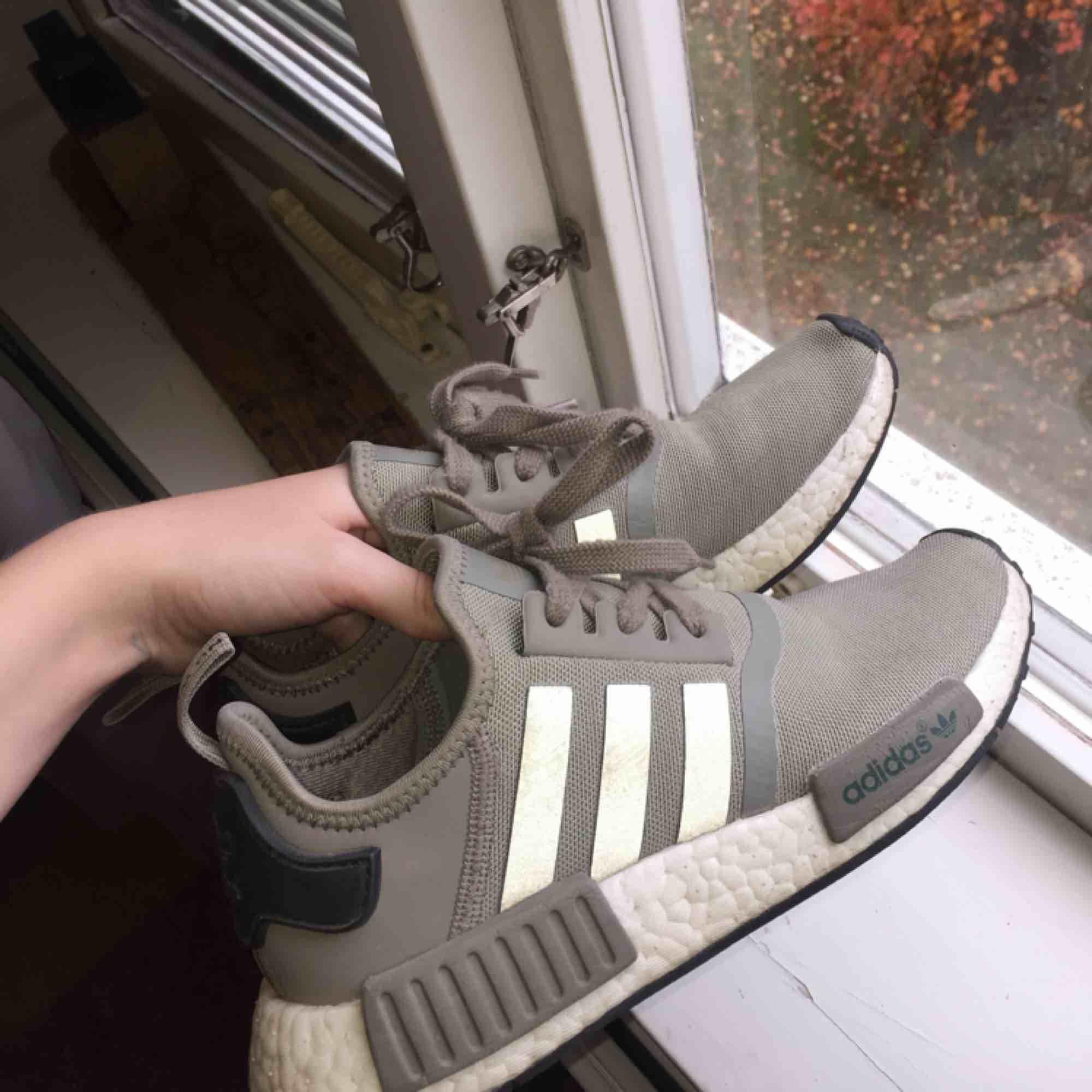 Adidas NMD R1 gröna skor. Storlek: 38 Bra skick lite slitna (kolla 3de bilden). Nypris 1400kr. Frakt ingår. Skor.