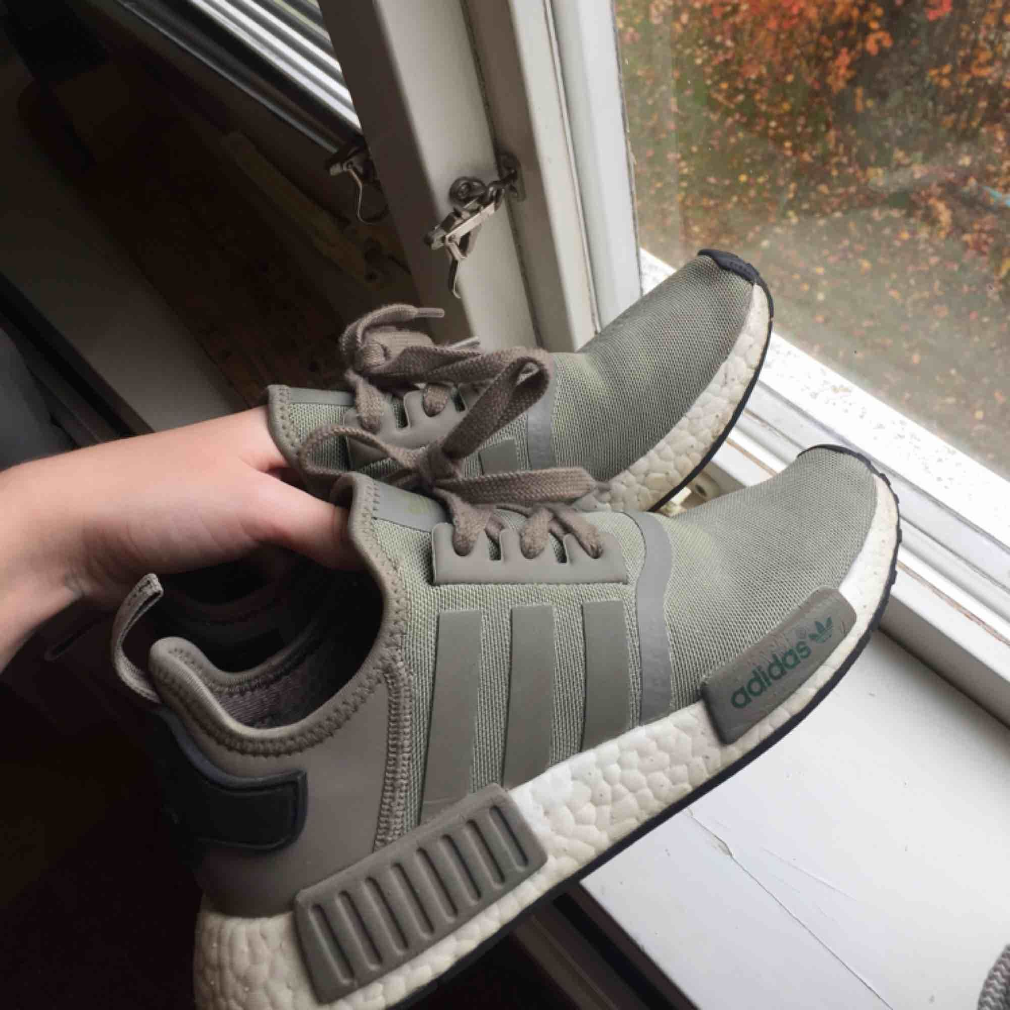 ... Adidas NMD R1 gröna skor. Storlek  38 Bra skick lite slitna (kolla 3de  ... ac059a76230a8