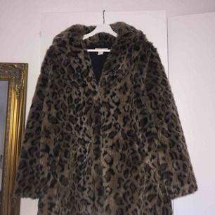 Leopardpäls jacka från H&M.  Väldigt bra skick. Har 2 fickor & stängs med knappar. Original pris cirka 900kr. Frakt ingår.