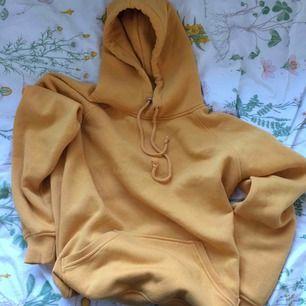 Gul hoodie från bikbok! Köparen står för frakt:)