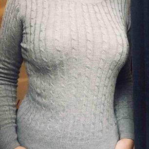 Äkta Hampton republic kabelstickad tröja. Nypris: 399 men säljs för 200. Använd fåtal gånger men ser oanvänd ut. Säljer då denna för 200 plus frakt som köparen ska betala