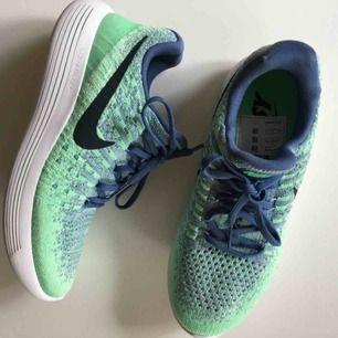 Nike träningsskor/löparskor. Strl 38 men små så passar 37 bättre. Använda 2ggr.