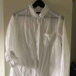 Vit något genomskinlig skjorta från boohoo.com. Aldrig använd.