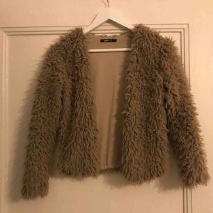 Brun kofta från Gina tricot.  Använd ett fåtal gånger. Kan mötas upp i Växjö eller så står köparen för frakten🌸 54 kr kostar frakten.