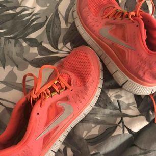 Ett par väl använda Nike skor!! Helt rena men endast nån mörkare fläck på tån! Sköna att gå i och frakt tillkommer!! Använda som träningskor inomhus