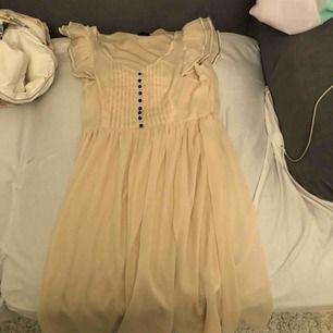 Jättesöt transparent klänning med foder. Knappt använd. Jag föredrar swish betalning