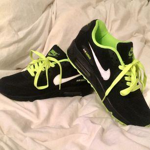 Coola Nike air max i fint skick! Svarta med gröna detaljer. Är storlek 40 men passar mig med 39 (25cm). Kommer tyvär inte till användning