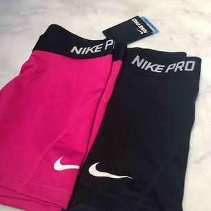NikePRO-shorts De rosa är helt oanvända, prislapp kvar & köpta för 250 kr. Storlek M men passar S oxå då de är små i storlekarna. De svarta är använda men i fint skick! 100 kr st eller 150 kr för båda, frakt tillkommer 💓