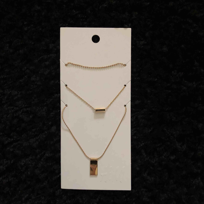 3 helt nya guldiga halsband från H&M, frakt 9:-. Accessoarer.