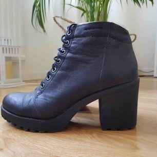 VAGABOND höstskor/boots i skinn med klack. Nyskick! Sköna och mjuka att gå i! Storlek 39   Hämtas i Uppsala eller skickar eventuellt (köparen betalar frakt)