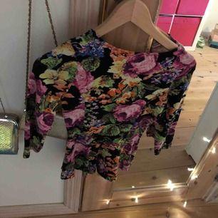 Fin tröja med blom mönster. Från bikbok. Storlek XS. I nyskick.