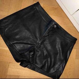 Två läder shorts båda oanvända i storlek M🌸  köparen betalar för frakten 80kr💌 En shorts 160kr för båda 290kr💗