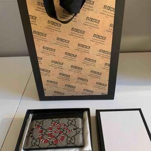Korthållare från Gucci i fint skick helt utan skador eller liknade. Korthållaren är äkta och inköpt i London i Guccibutiken på Old Bond Street. Påsen, boxen och kvittot som ingick medföljer vid köp. Nypris är cirka 2000kr. OBS! Köpare står för frakt