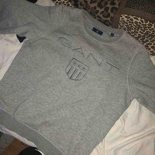 En grå sweatshirt ifrån Gant köpt inne på gant butiken för ett tag sen, väldigt bra skick. Kan fraktas ifall köparen står för fraktkostnaden! (Nypris 1000kr)