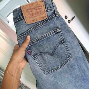 Levis-jeans med vintage stil köpta i Paris för några år sen. Lite slitning framtill. Insydda, så passar om man är 28/30. Säljer eftersom de har blivit för stora för mig :((((