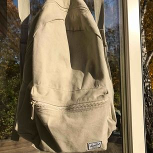Grå/grön Daytime Ryggsäck från Herschel, använd ett fåtal gånger, Höjd :55cm, Bredd:35cm, Djup: 17cm köpare står för frakt.