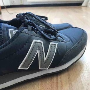 New balance sneakers marinblå storlek 40. Använda 2-3 gånger men säljs pga fel storlek, annars väldigt bekväma!