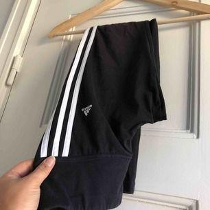 Ett par leggings/tights från Adidas. Måttligt använda, hela och rena! Storlek XS/32-34, damstorlek. Levereras nytvättade. Finnes på Södermalm, Stockholm. Kan postas men då står Du för frakten. Mvh Marija