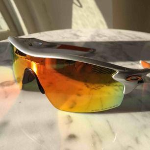 Äkta Radar Lock solglasögon från Oakley. Polariserande spegelglas och en extra grå/svart lins.