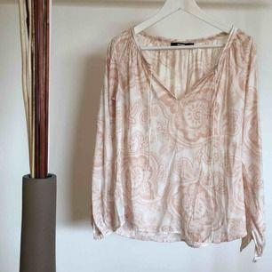 En ljuvlig blus från BikBok i väldigt bra skick. Materialet är en silke imitation. Köparen står för frakt :)