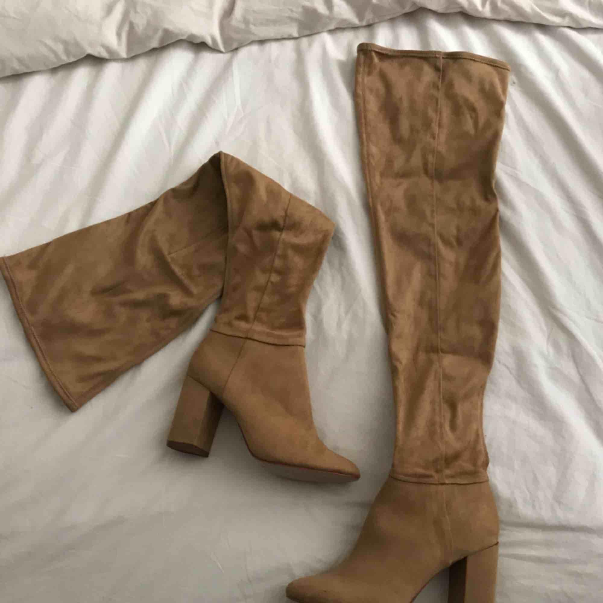 Over knee skor från HM. För stora för mig så aldrig använda tyvärr . Skor.