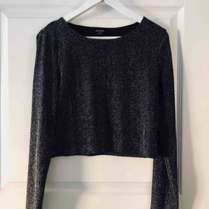 Glittrig croppad topp. Använd endast en gång. Perfekt till fest eller nyår med en högmidjad kjol/byxa!