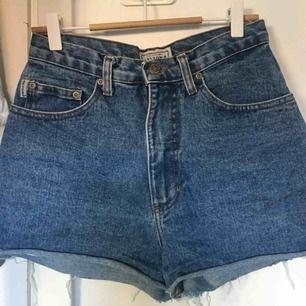 Jeansshorts som sitter supersnyggt på, står ej någon storlek men passar en W25