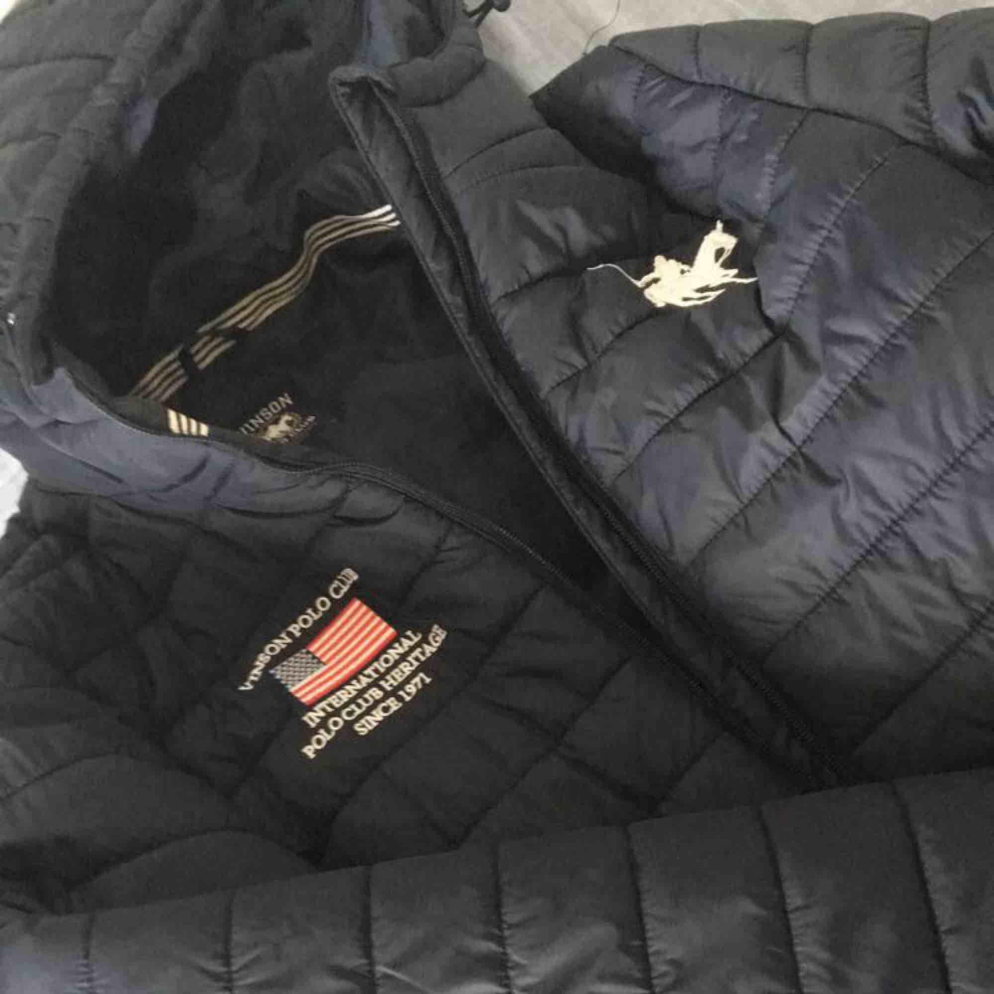 Säljer denna Vinson Polo Vinter/Höst Jacka, den är använd ett fåtal gånger , storlek M men passar S. Jackor.