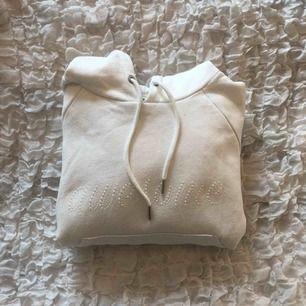 Croppad hoodie från monki, aldrig använd. Kan mötas upp eller frakta.  Frakt=72kr 💋