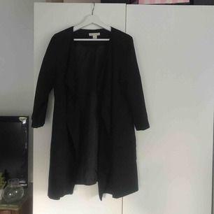 Jätte cool lång svart kofta/jacka från h&m i mocka material. Använd ca 3ggr. Sälj pga inte använder den.