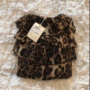 Jumpsuit i leopard mönster, aldrig använd. Superfint skick och fin kvalitet då den var dyr i inköp. Kan mötas upp eller frakta.  Frakt=54kr 💋