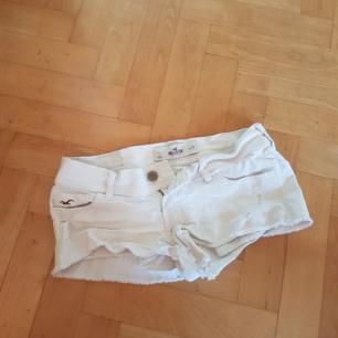 Ett par vita shorts från Hollister i storlek W25🌸🌸🌼