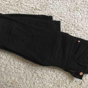 Superstretchiga jeans från 77th Flea. Använda ett fåtal gånger så som nya! Köpta för 399 kronor. Normalhög midja ☺️kan fraktas för 55 kronor