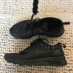 Nike air max thea i svart med refelxmönster i leopard.